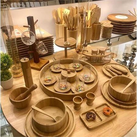 اگر به خواهیم به طور کلی ویژگی های ظروف چوبی ایرانی را تیتر وار بیان کنیم به نمونه های زیر باید اشاره کرد: